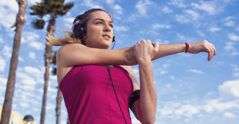 mujer haciendo una pausa para elongar